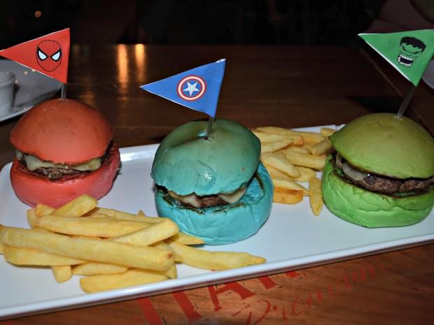 Com cores de super-heróis, sanduíches fazem parte de linha kids em hamburgueria de Rio Branco (Foto: Quésia Melo/G1)