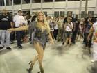 Susana Vieira deixa pernas à mostra e comanda time de famosos na Sapucaí
