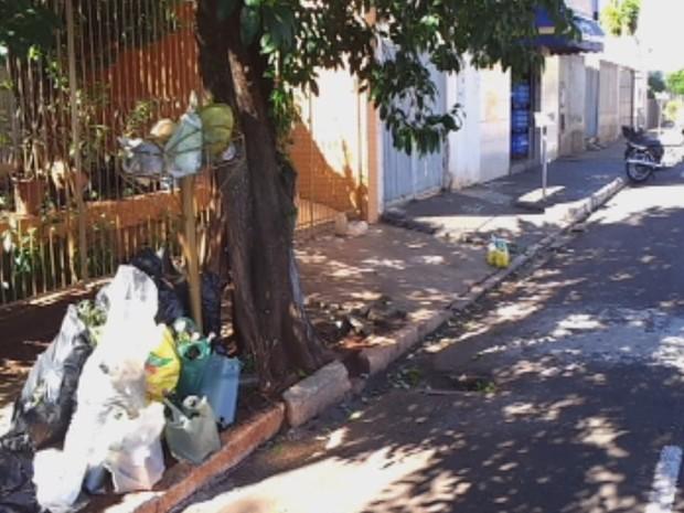 Lixo acumula nas ruas após paralisação de coletores em Ourinhos (Foto: Reprodução/TV TEM)