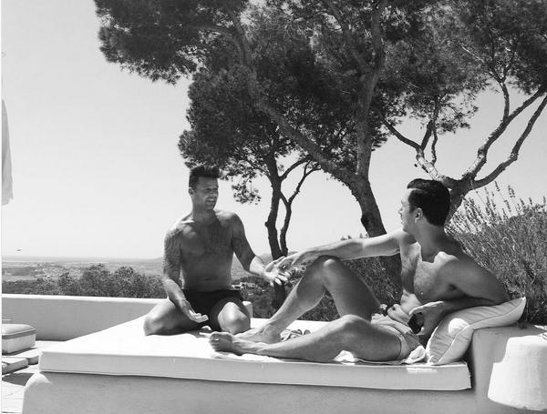 O cantor Ricky Martin com o noivo (Foto: Instagram)
