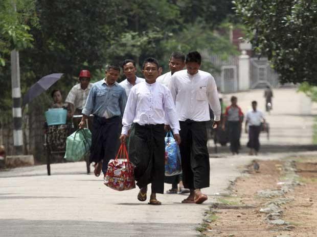 Presos políticos que foram libertados da prisão nesta sexta-feira (17) em Mianmar (Foto: AP Photo / Khin Maung Win)