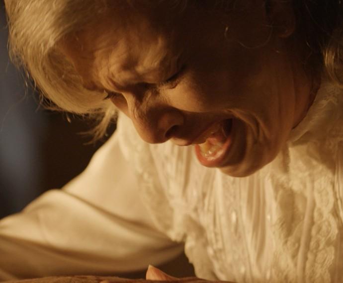 Vitória atira em Bernardo e se desespera (Foto: Gshow)