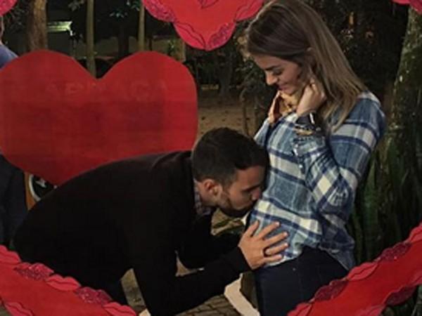 Kelly Key, grávida, ganha beijo na barriga do marido