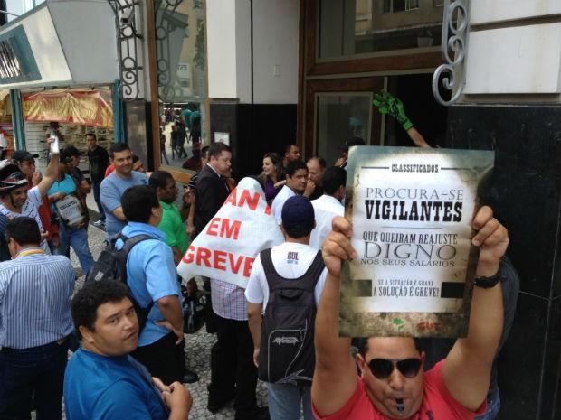 Vigilantes do Paraná estão em greve por tempo indeterminado (Foto: Augusto Klein/ RPC TV)