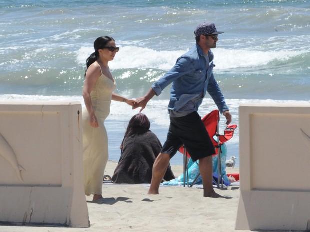 Lady Gaga com o noivo, Taylor Kinney, em praia de Los Angeles, nos Estados Unidos (Foto: Grosby Group/ Agência)
