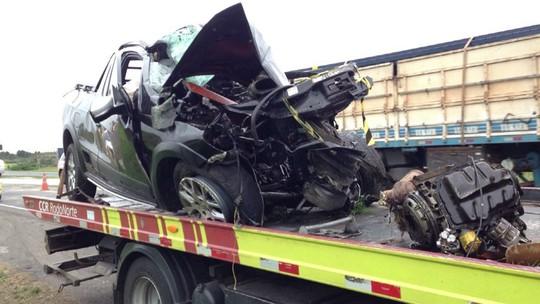 Homem morre após carro bater em caminhão carregado de pinus na BR-376, em Palmeira