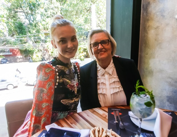 A modelo Caroline Trentini e sua mãe, Lourdes Trentini (Foto: Charles Naseh)