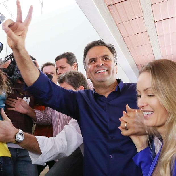 Aécio Neves e a mulher Letícia em Belo Horizonte, neste domingo (5) (Foto: AP Photo/Marcos Fernandes-Coligacao Muda Brasil)