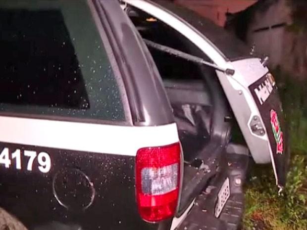 Viatura onde corpo foi encontrado no 77º Distrito Policial (DP) (Foto: Reprodução/TV Globo)