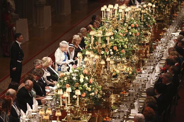 Convidados escutam discurso da Rainha Elizabeth II durante banquete em homenagem ao presidente da Irlanda, Michael D. Higgins, nesta terça-feira (8) (Foto: Dan Kitwood/Reuters)