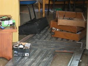 Funcionários chegaram para trabalhar e encontraram as portas da escola arrombadas e os móveis revirados (Foto: José Manoel/ Rede Amazônica)