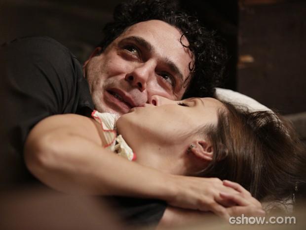 Sobrinha de Conceição dá uns beijinhos no amado e ele não sabe o que fazer (Foto: Fábio Rocha/TV Globo)