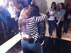 Mãe e irmão de Patrícia de abraçam durante audiência no TJ (Foto: Marcelo Ahmed / G1)