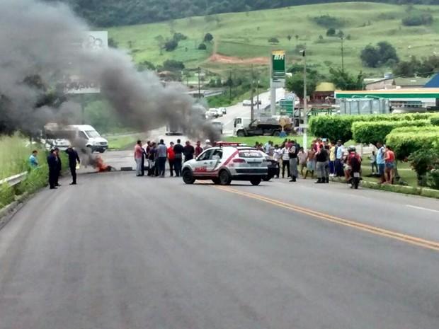 Agentes da Guarda Municipal queimaram objetos em protesto (Foto: Patrícia Santos/Arquivo Pessoal)