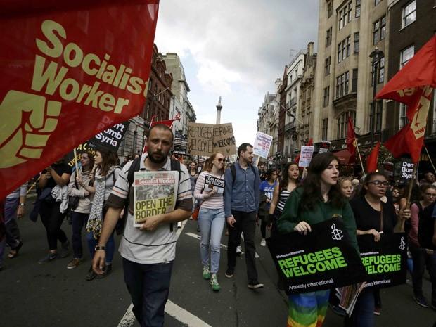 Milhares de pessoas marcham neste sábado (12), da Trafalgar Square a Downing Street, em Londres, para pedir uma política de acolhimento dos refugiados (Foto: REUTERS/Kevin Coombs)