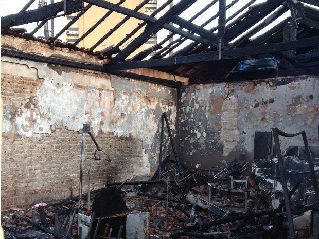 Espaço foi totalmente destruído pelo fogo  (Foto: Marcelo Bonomini / RPC )