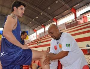O ala Dedé e o massagista Pia, do São José Basquete (Foto: Danilo Sardinha/Globoesporte.com)