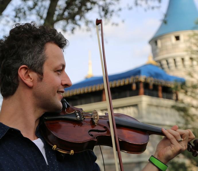 Lucas Lima toca as músicas-temas da Disney no violino  (Foto: Thiago Fontolan/Gshow)