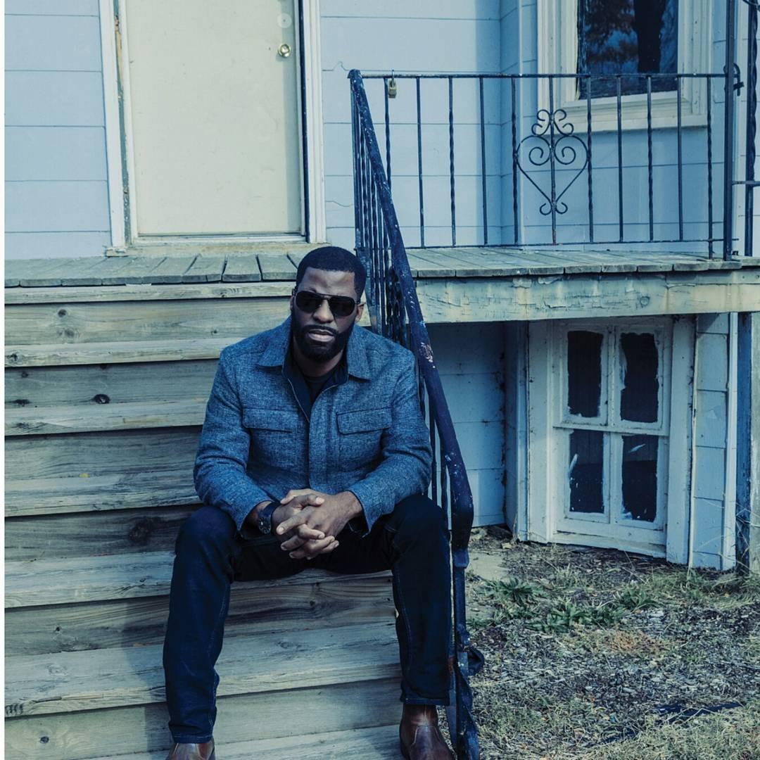 Rhymefest diante da antiga casa de Kanye West (Foto: Reprodução/Instagram)