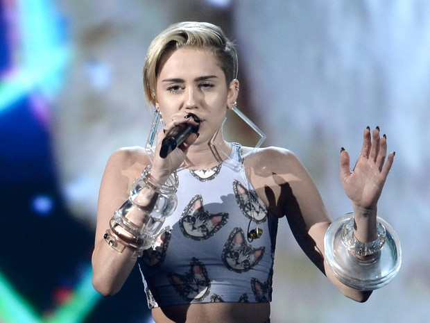 Miley Cyrus canta 'Wrecking ball' no American Music Awards em Los Angeles, nos Estados Unidos (Foto: Kevin Winter/ Getty Images/ AFP)