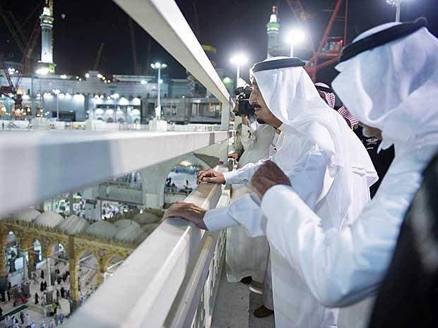 O rei saudita Salman bin Abdulaziz visita à Grande Mesquita após queda de guindaste e morte de 107 pessoas (Foto: Bandar al-Jaloud / Saudi Royal Court / via Reuters)