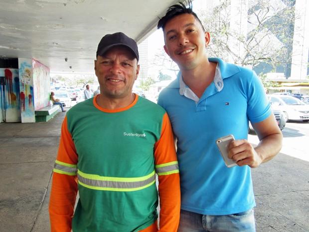 O gari Roberto Sousa Bezerra e o editor Leonardo Rodrigues  (Foto: Isabella Calzolari/G1)