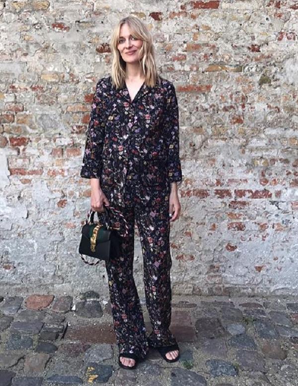 O pijama de fundo escuro e print discreto é um look certeiro (Foto: Reprodução/Instagram)