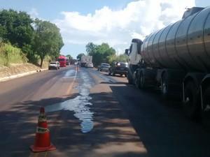Motoristas tiveram que tomar cuidado com óleo derramado em pista (Foto: Divulgação/PRF)