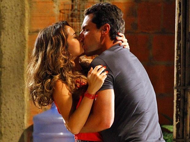Morena cai no colo de Théo e os dois se beijam em pleno Alemão (Foto: Divulgação/TV Globo)