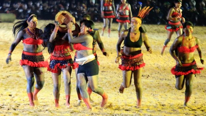 Mulheres da etnia Canela demonstram corrida de tora (Foto: Francisco Medeiros/ ME)