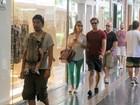 Paulo Rocha vai às compras com a namorada em shopping no Rio