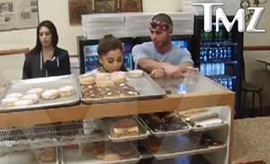 Ariana Grande em vídeo mostrado pelo site TMZ (Foto: Reprodução / TMZ)
