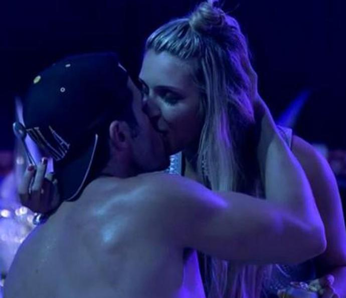 Roni e Tatiele em uma das festas do confinamento (Foto: TV Globo)