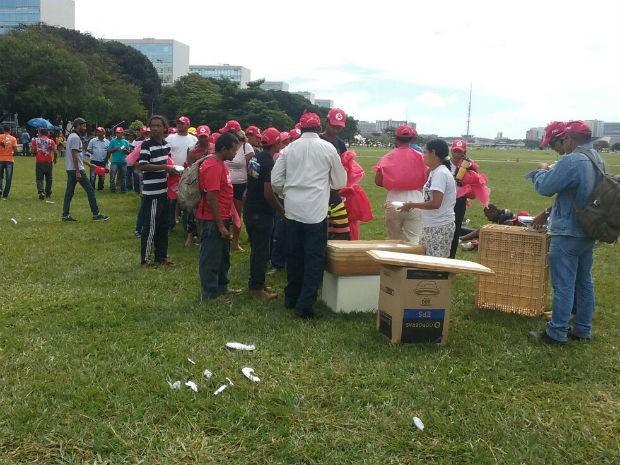 Fila para distribuição de marmitas, no protesto da FNL (Foto: Mateus Rodrigues/G1)