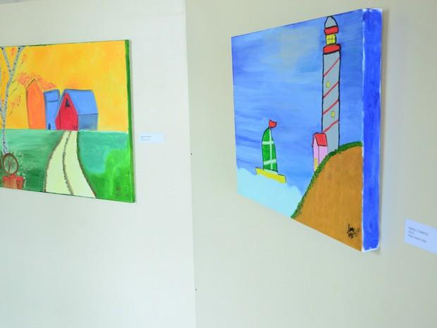 Pinturas do idoso estão expostas em espaço em Itanhaém (Foto: Divulgação/Prefeitura de Itanhaém)