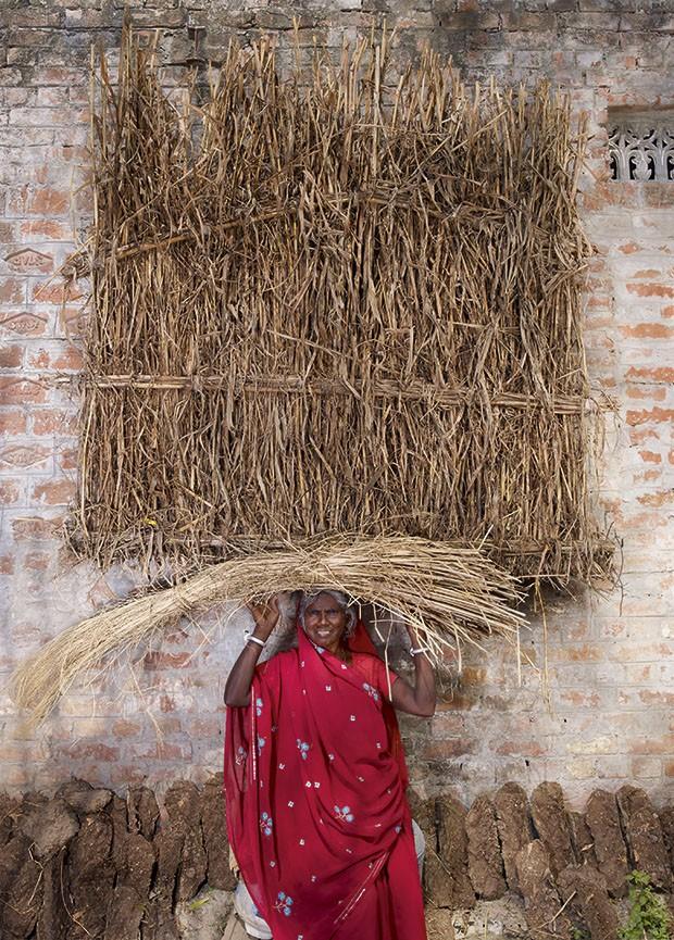 Mulheres carregam pesos da cabeça: Red Basanti, da Índia, e seu bloco de feno (Foto: Floriane de Lassée)