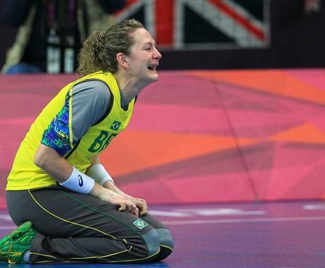 A goleira Chana Masson lamenta derrota para a equipe norueguesa nas quartas de final (Foto: EFE/ Marcelo Sayão)