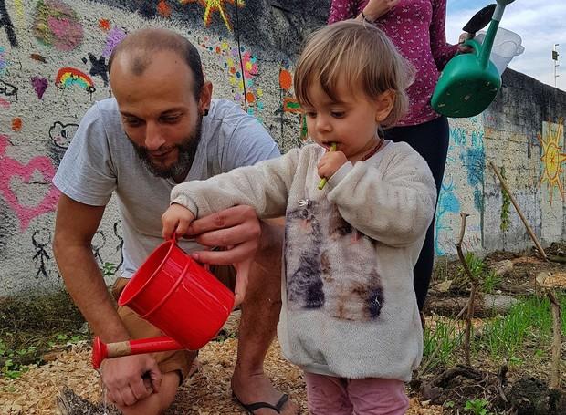 Habitantes de Curitiba plantam dem horta na calçada (Foto: Reprodução/Facebook)