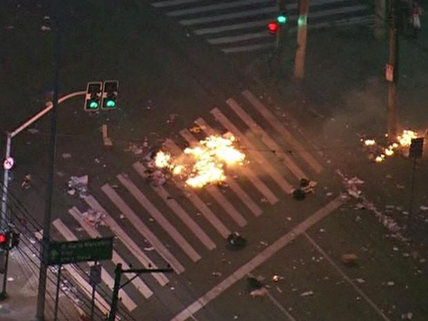 Manifestantes queimam sacos de lixo no meio de via  (Foto: Reprodução/TV Globo)