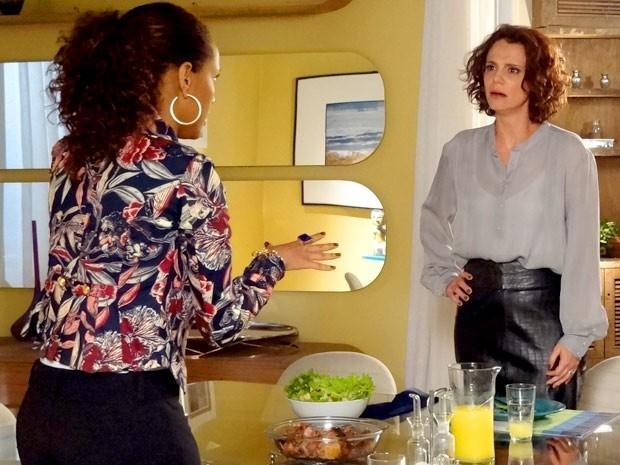 Lygia descobre que Penha se demitiu porque Alejandro deu em cima dela (Foto: Divulgação/TV Globo)