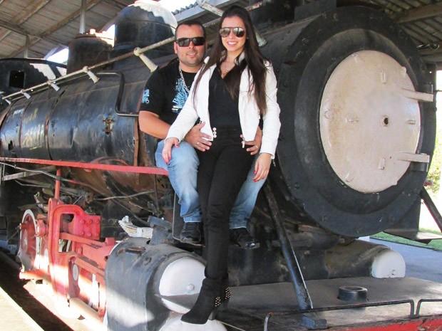 Casal namora há cerca de quatro meses e usa aliança (Foto: Gustavo Riet/Arquivo pessoal)