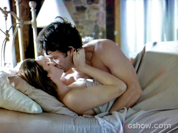 Na manhã seguinte, casal se entrega à paixão novamente (Foto: Em Família/ TV Globo)