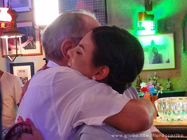 Walther dá uma abraço em sua Amaralina (Foto: Flor do Caribe / TV Globo)