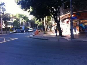 Cruzar a Rua Dias Ferreira, perpendicular a Avenida Bartolomeu Mitre, no Leblon, não tem sinal para os pedestres. (Foto: Mariucha Machado/G1)