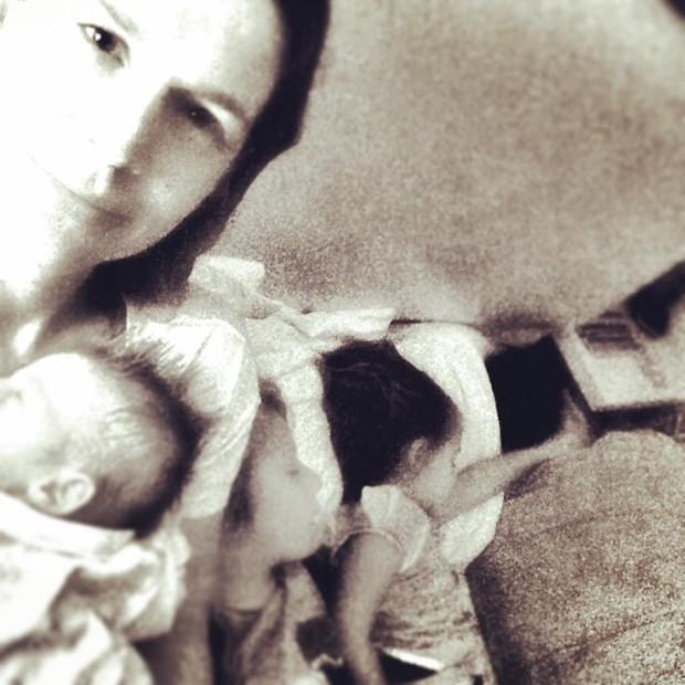 Vanessa Lóes com os filhos, Pilar, Gael e Cora, e com o marido, Thiago Lacerda (Foto: Instagram/ Reprodução)