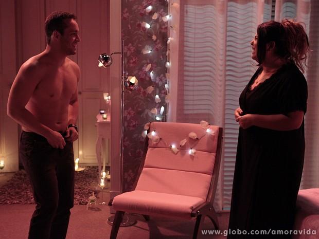 Daniel olha para a enfermeira cheio de desejo (Foto: Amor à Vida / TV Globo)