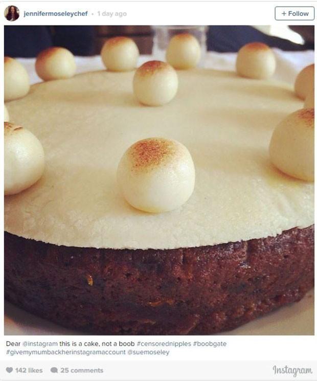 Jenny, que fez o bolo, também apelou ao app: 'Caro Instagram, isso é um bolo, não um seio'. (Foto: Reprodução/Instagram/Jennifer Moseley)
