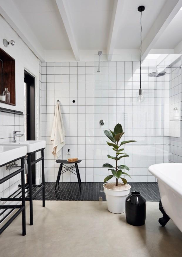 Banheiro. Tem banheira com pés de ferro. Dica: a grande janela, à esq., cria a sensação de ducha ao ar livre sem que seja necessário sair do ambiente (Foto: Greg Cox / Bureaux.CO.ZA)