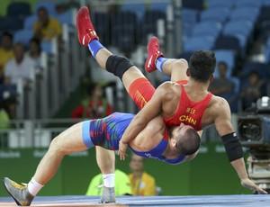 Bi Shengfeng, da China, x Sharif Sharifov; oitavas da luta olímpica (Foto: REUTERS/Toru Hanai )