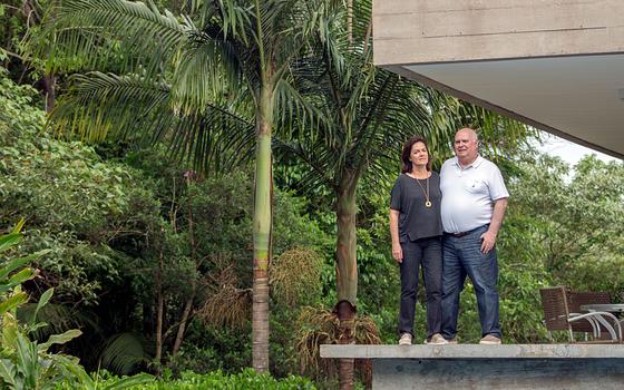 O casal Fredi Giorgi e Beatris em casa localizada em condomÍnio de Jundiai encostado em uma mata urbana (Foto:  Rogério Cassimiro/ÉPOCA)